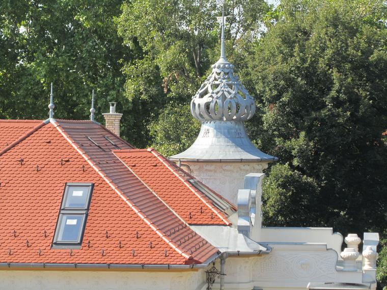 A gyönyörű toronysisak. Látszik, mennyire finoman és körültekintően végezték a tetőtér beépítését is.
