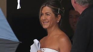 Tekintse meg Jennifer Anistont egyszál törölközőben!