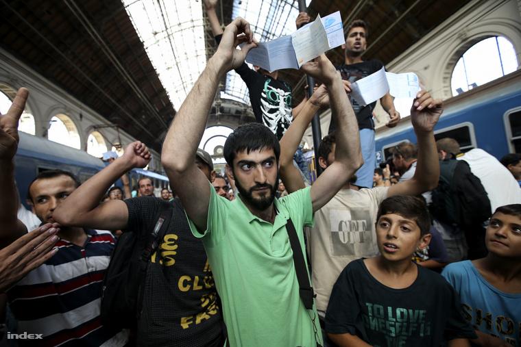 Menekültek tüntettek reggel a Keleti pályaudvaron