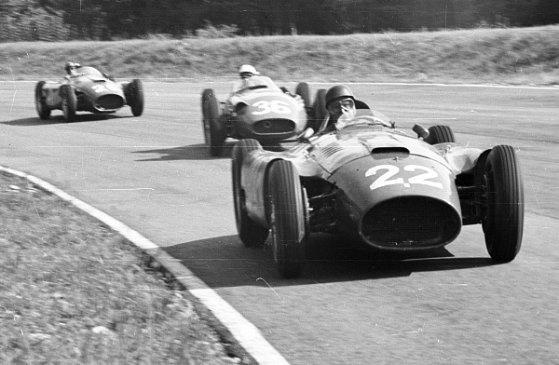 A képen elöl Juan Manuel Fangio egy Ferrari D50-ben, őt követi Stirling Moss a Maserati 250F-fel, majd Peter Collins követi őket egy másik Ferrari D50-ben