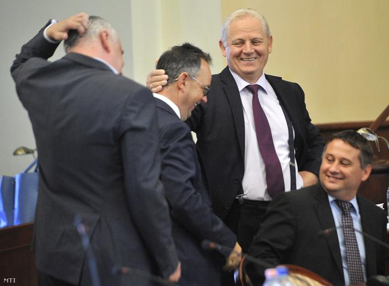 Tarlós István főpolgármester (b3), valamint Ughy Attila, a XVIII. kerület (b), Bús Balázs, a III. kerület (b2) és Kovács Péter, a XVI. kerület polgármestere (j)