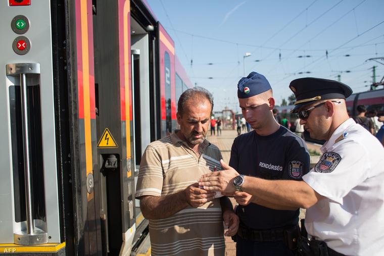 Rendőrök ellenőrzik a hétfői vonatokon átengedett menekültek papírjait Hegyeshalomnál