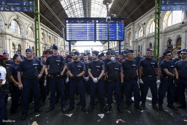 Kedd óta már nem engedik fel a vonatokra a menekülteket, a pályaudvart is lezárták egy időre.
