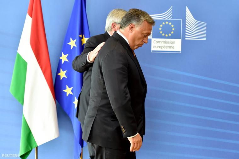 Juncker és Orbán a csütörtöki közös fényképezkedés után