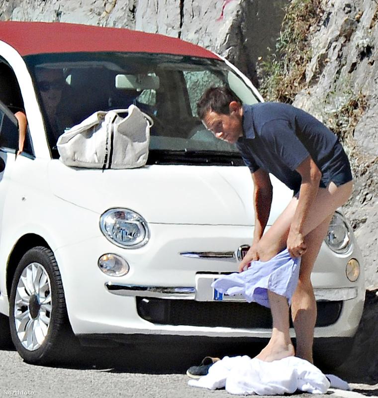 James Rothschild az autó mögött rejtőzködve veszi át a nadrágját, nehogy valaki meglássa