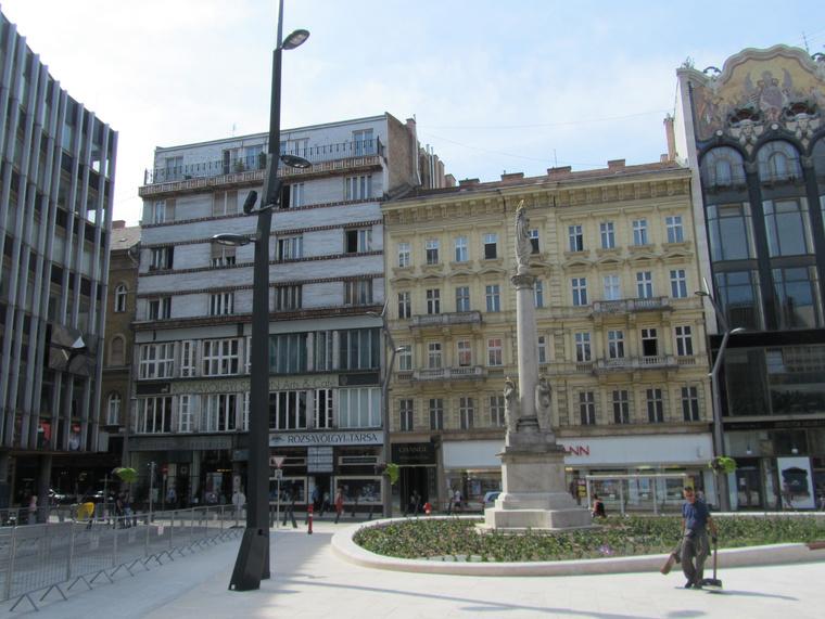 Balra a telefonközpont, aztán a Lajta háza, melyben ma a Rózsavölgyi van, egy kora eklektikus épület, majd a Török Bankház. Egész jó kis tér, nem?