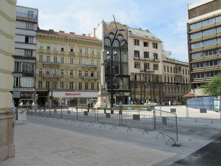 A Városháza felől is klasszabb lett a tér. Az ideiglenes kordonok mára már eltűnnek