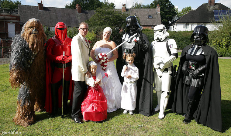 Középen az ifjú pár fehérben, a násznépben két Darth Vader is van