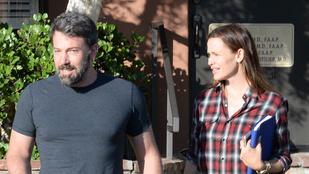 Ben Affleck úgy mosolyog Jennifer Garner mellett, mintha nem is válnának