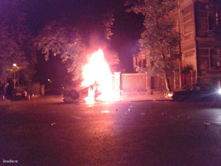 Fejtetőn lángoló rendőrautó az Elnök utcában