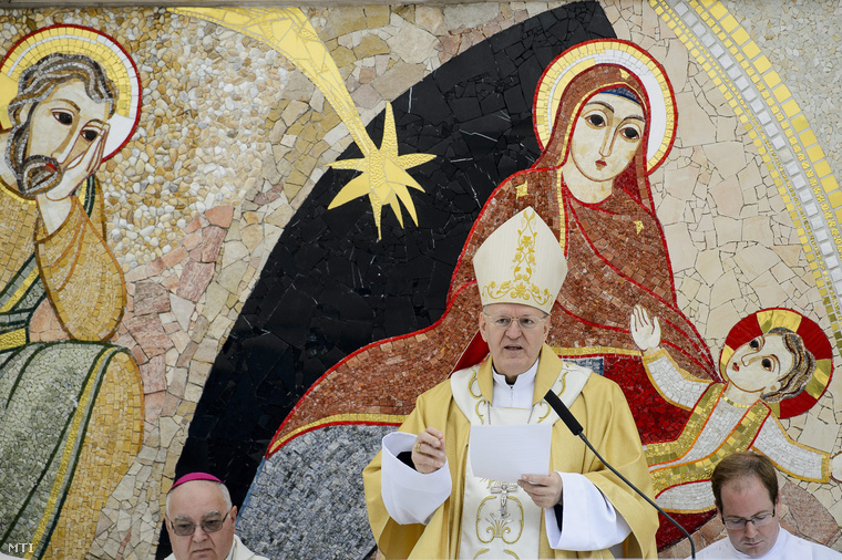 Erdő Péter bíboros esztergom-budapesti érsek beszédet mond a mátraverebély-szentkúti nemzeti kegyhely felújított külső liturgikus terének és új létesítményeinek átadási ünnepségén