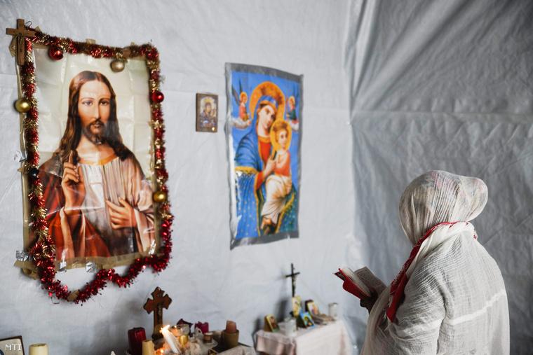 Menekült imádkozik egy görög katolikus templomban.