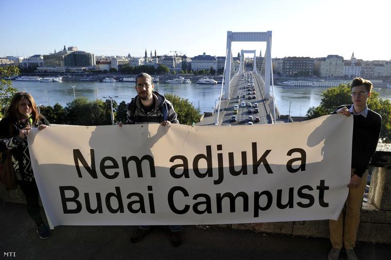 A Budapesti Corvinus Egyetem hallgatói egy molinót feszítettek ki a Szent Gellért lépcső korlátjánál az Erzsébet híddal szemben az egyetem átszervezése miatti tiltakozásul 2015. szeptember 7-én.