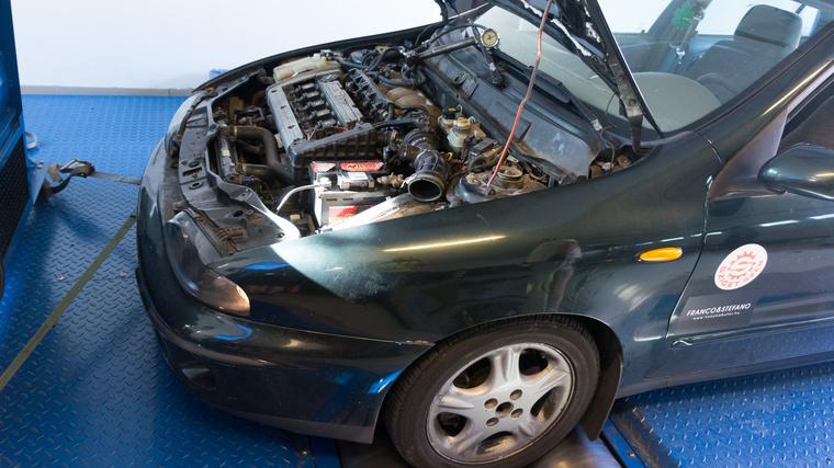 A görgők közül nem tud kimászni az autó, de oldalra igen, ezért kell kikötni