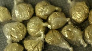 28 pakknyi heroin volt a fiú seggében, az buktatta le, hogy furán ült