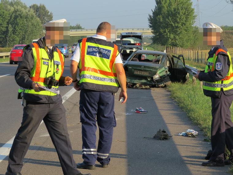 Az M5-ös autópályán balesetezett ez a menekülteket szállító Opel Vectra. Egy ember meghalt, a sofőr elmenekült, később elfogták