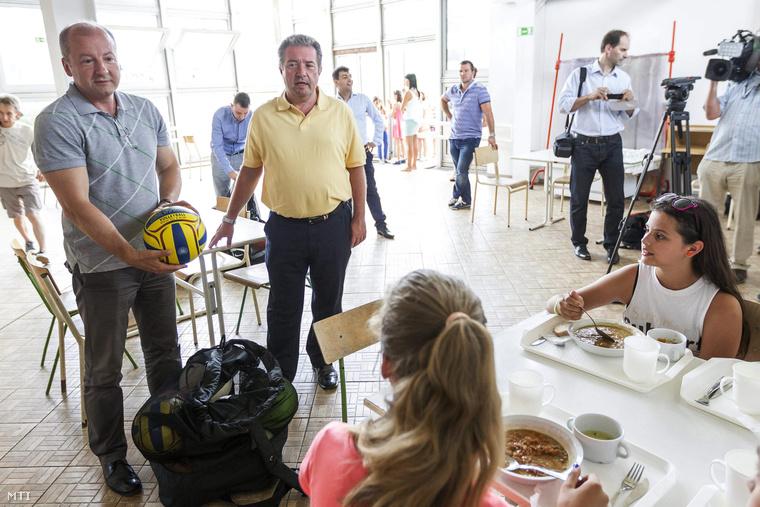 Idén nyáron egy hátrányos helyzetű gyerekek étkeztetéséről és testnevelésükről tartott sajtótájékoztató után