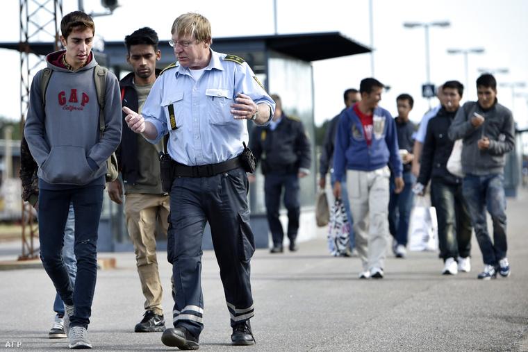 Szíriai menekültek egy dán rendőr társaságábanRodbyben