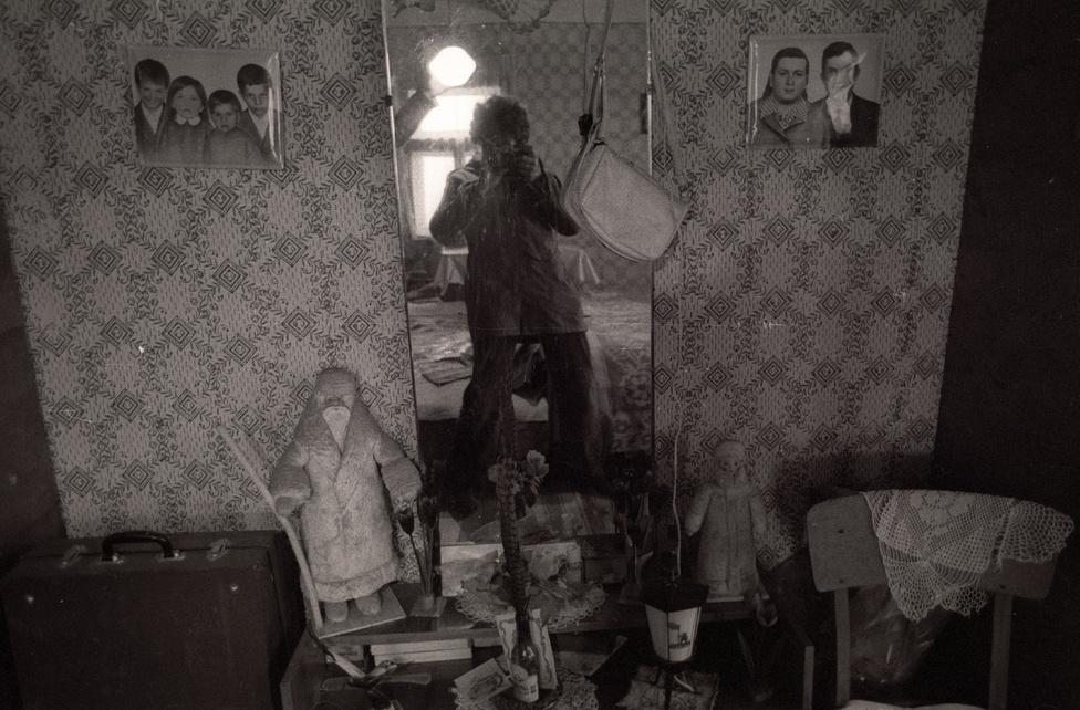 A szerző önarcképe gyed marózzal, utazókofferrel, ridiküllel és a vendéglátó családi fotóival. Jávor István, 1980, Beregszász.