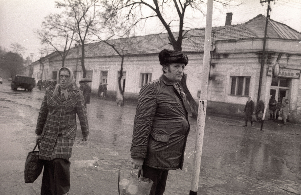 Az akkori bonyolult politikai viszonyokat is jelzi, hogy az állambiztonságilag megfigyelt, ellenzéki kapcsolatokkal rendelkező fotós a párttitkár nagybátyján keresztül szerzett meghívólevelet - enélkül nem lehetett akkoriban kijutni a Szovjetunióba.
