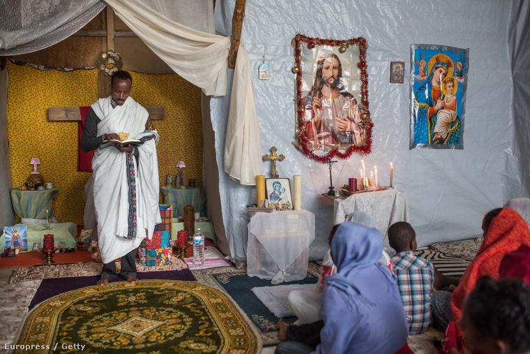 Templomot építettek maguknak a menekültek egy franciaországi menekülttáborban Calaisnál.