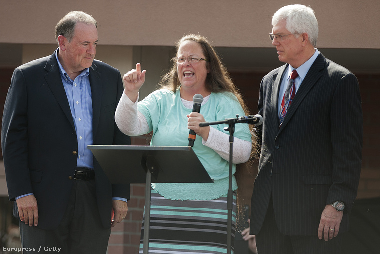 Kim Davis szabadon engedése után Mick Huckabee politikussal (balra)
