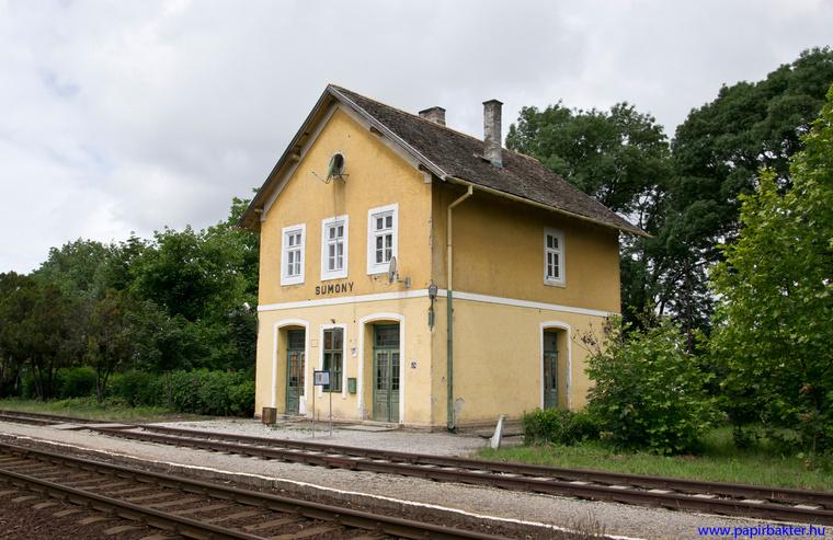 Harmadosztályú HÉV-állomás Sumonyban (2013)