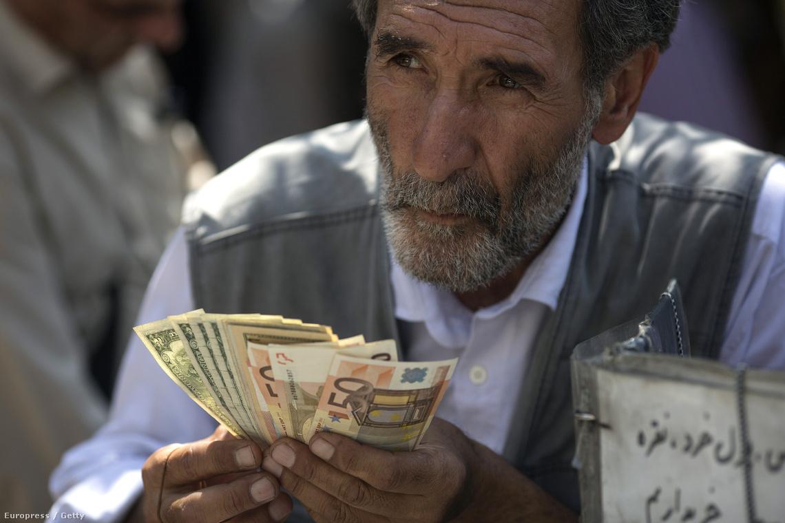 Iráni pénzváltó egy teheráni utcán