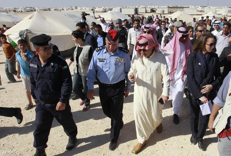 Waled Bin Talal szaudi herceg a jordániai Zaatari menekülttáborba látogat 2014. áprilisában