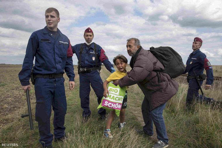 Rendőrök az elgáncsolt apa és gyereke körül