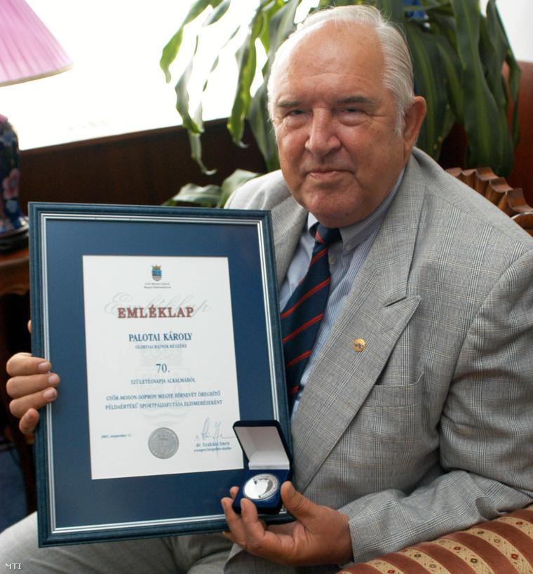 Palotai Károly emlékérmét és oklevelét mutatja amit a hetvenedik születésnapján kapott a Győr-Moson-Sopron megyei közgyűlés elnökétől 2005. szeptember 14-én.