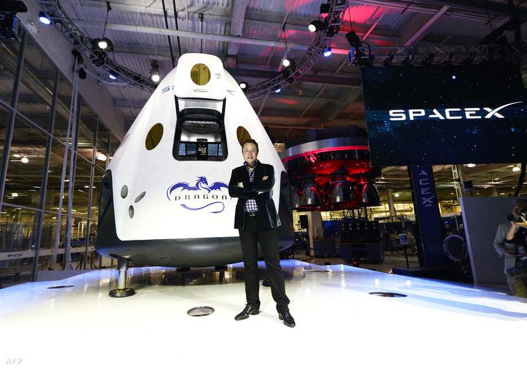 Elon Musk a Dragon V2 előtt