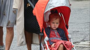 Jessica Alba kislányáé a nap arckifejezése