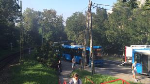 Kigyulladt egy busz a Svábhegyen