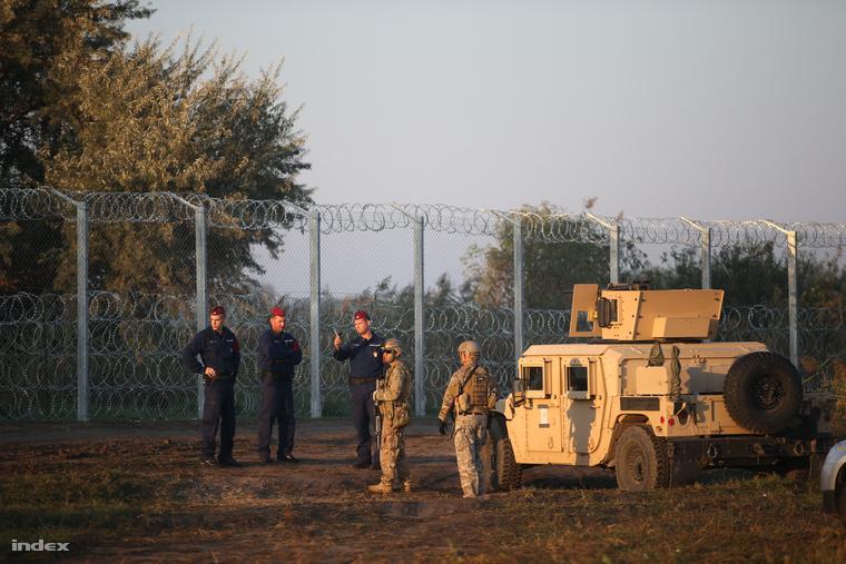 Rendőrök és magyar katonák a szerb-magyar határon, hétfő reggel.