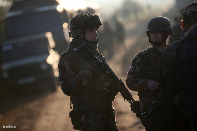 Katonák a határon, Röszke közelében. Orbán Viktor agresszióra számít