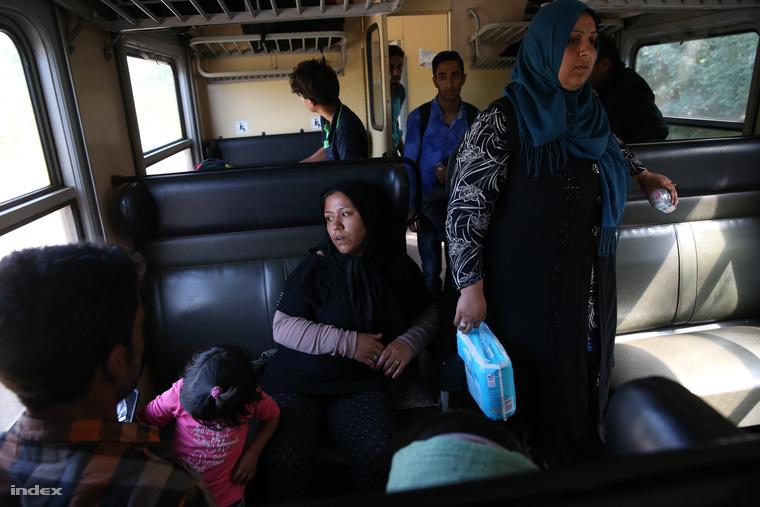 Menekülteket szálíltó vonat indul Röszkéről