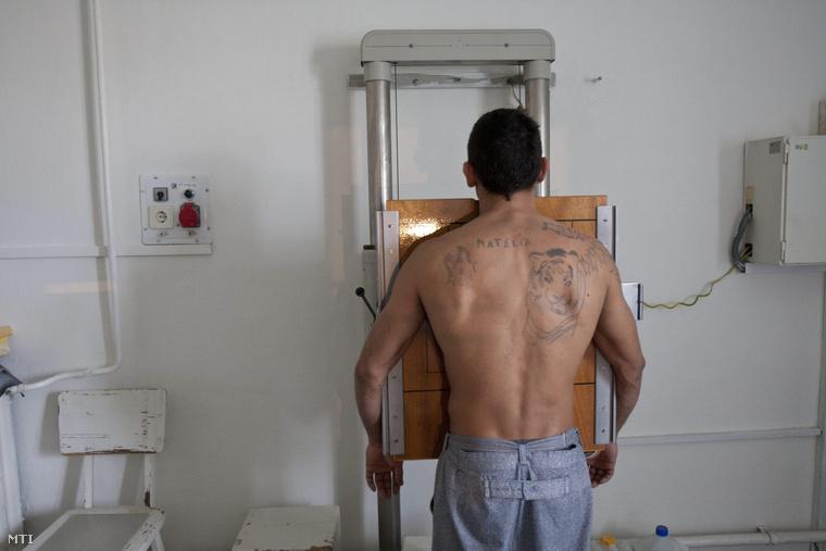 Mellkasi röntgenfelvétel készül egy elítéltről a tököli börtönkórház röntgen osztályán 2011. február 23-án.
