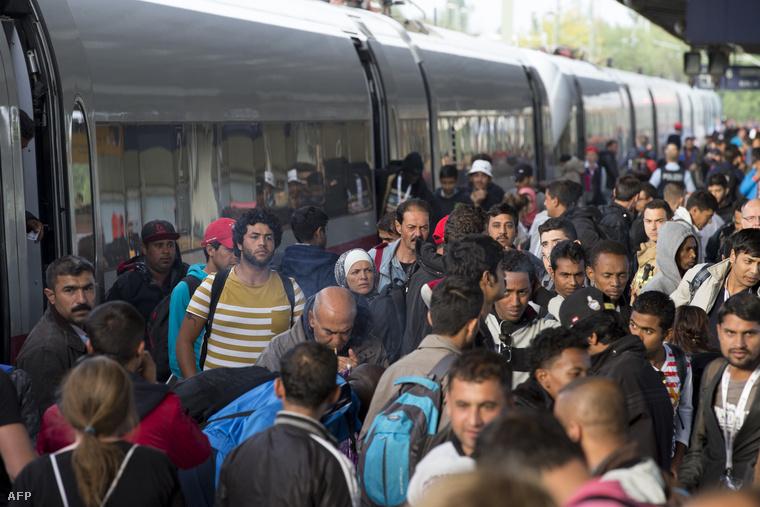 Menekültek szállnak le a Münchenből érkező különvonatról a berlini pályaudvaron.