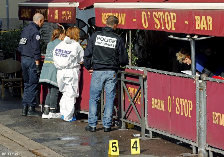 Rendőrök helyszínelnek az O'Stop bárnál