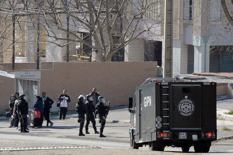 Idén februárban Kalasnyikovokkal támadtak a rendőrökre
