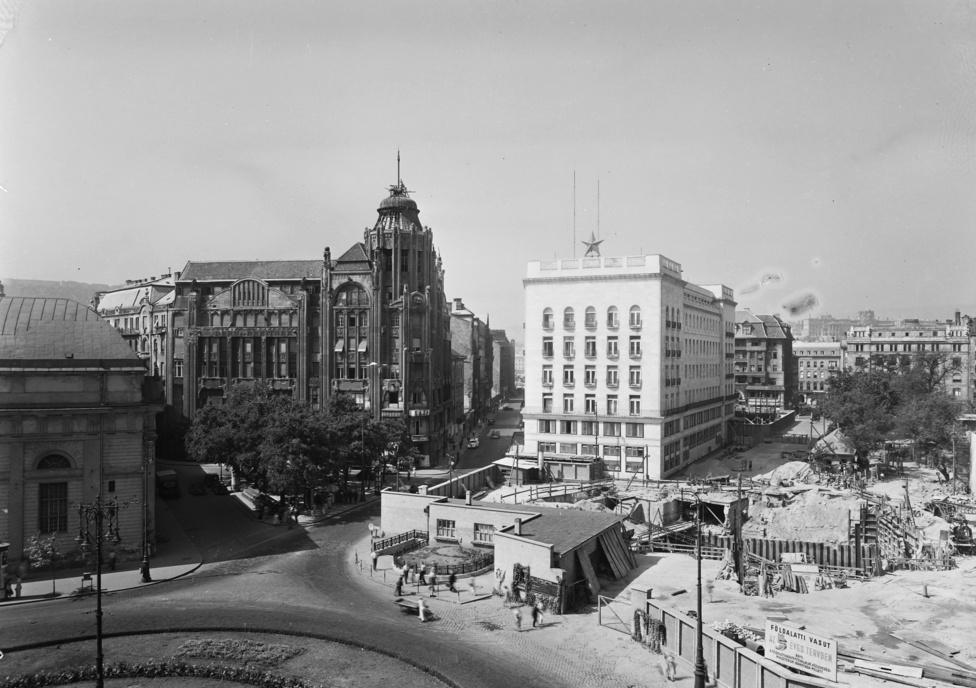 A Deák tér az Anker-ház kupolájából fotózva. A Modern és Breitner üzlet- és bérház tetjén meg még ott a kupola, azt csak az 1953-ban bontották le. A mai feljáró helyén kis park van, középen pedig épp eltűnik a körforgalom. A munkákat 1954-ben állították le, és egy évtizedig csak raktározásra és gombatermesztésre használták az üres alagutakat.