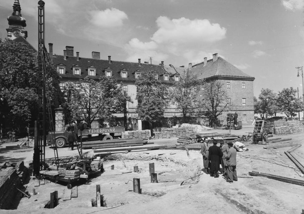 Folyik az építés a Batthyány téren. Felmerült, hogy akár csak a Blahán a Nemzeti Színházat, az itt álló Szent Anna-templomot is le kell bontani a metró miatt. Szerencsére ebből nem lett semmi.
