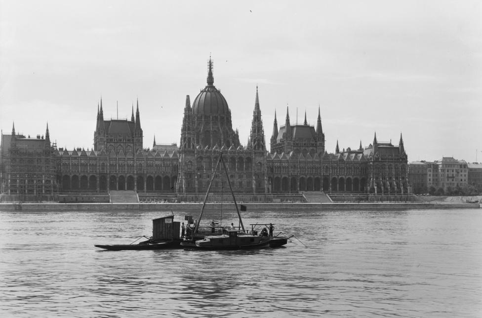 Halászbárka vagy hippitutaj? Egyik sem, próbafúrást végeznek a Duna közepén.