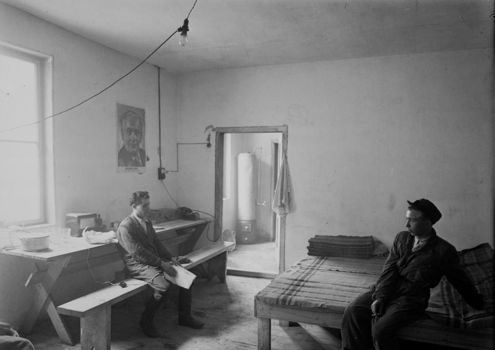 A metróépítők barakkja a Vérmezőnél.  Az itt dolgozó munkások bár embertelen körülmények között dolgoztak a mélyben, valódi sztárok voltak: anyagilag és erkölcsileg is igen megbecsülték őket. Legalábbis 3-4 évig, amíg hittek a metró elkészültében.