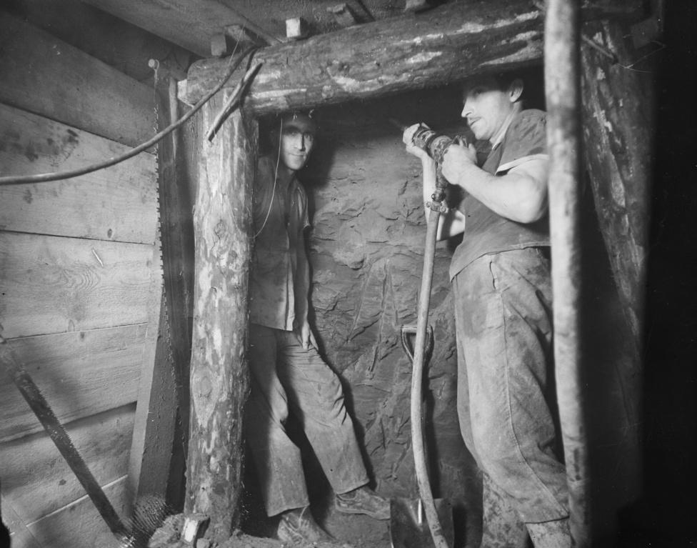 A Szovjetunió azt ígérte, hogy a szaktudás mellé egy fúrópajzsot is küld, ez azonban csak hatalmas késéssel érkezett meg. A Földalatti Vasúti Vállalat munkásai mellé, hamarosan bányászokat is hívtak, de később már a szaktudás sem számított, csak legyen elég munkaerő. A csúcsidőben mintegy 5500 ember dolgozott a mélyben. A kemény munka nagy része kézi szerszámokkal folyt.