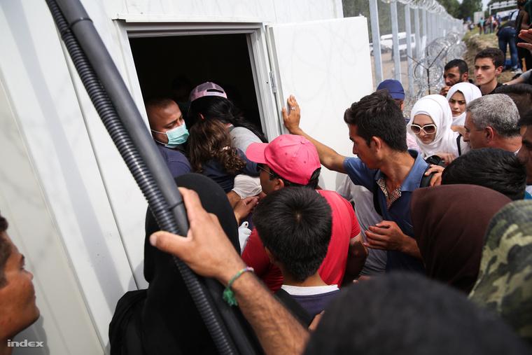 Menekültek a tranzitzóna bejáratánál