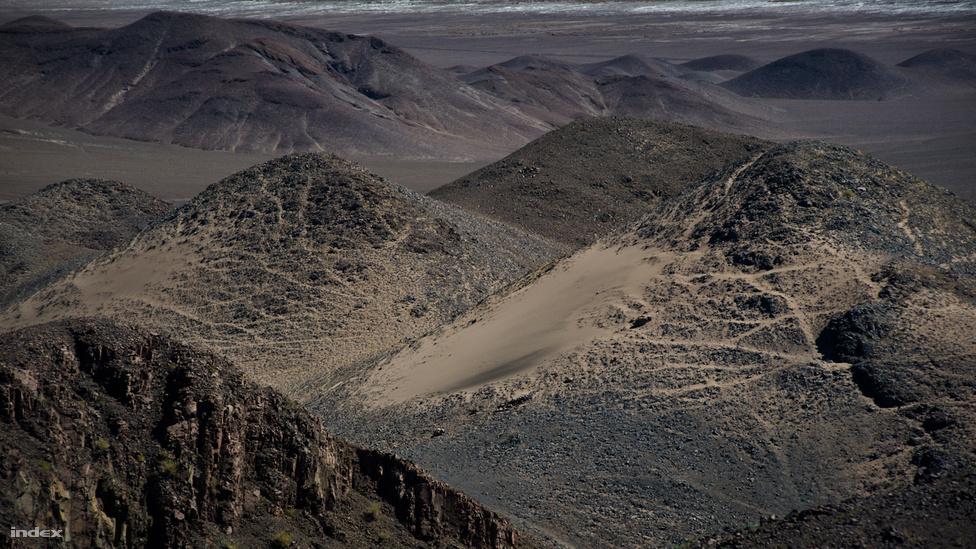 Mivel az Atacama kivételes szárazsága legalább hárommillió éve fennáll, geológiai szempontból különösen érdekes, de az űrkutatás is hamar megtalálta magának, mert a sivatagi körülmények több helyen is emlékeztetnek a marsi viszonyokoz. 2003-ban egy kutatócsoport megismételte itt azokat a kísérleteket, amiket a Viking-1 és a Viking-2 szonda végzett a Marson a hetvenes évek végén. Az eredmény meghökkentő volt: a Viking-program technológiája nemcsak a Marson, de az Atacama-sivatagban sem talált életre utaló jeleket.