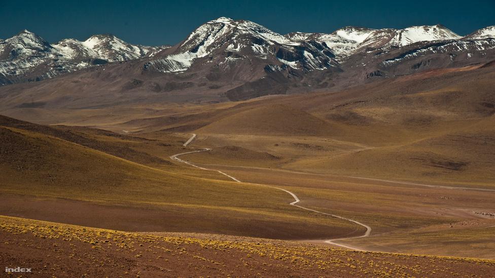 Ha pár sarkvidéki régiót nem számítunk, az Atacama a legszárazabb hely a Földön. Átlagosan évi 15 milliméter csapadék éri a talajt, de vannak területei, ahol inkább csak 3 milliméter körül alakul ez az érték, sőt olyan részek is, ahol teljesen normális, ha akrá több évig nem esik az eső. A klímaváltozással viszont itt is szeszélyesebb lesz a időjárás; 2011-ben és 2012-ben is heves esőzések voltak a bolíviai részen, tavaly márciusban pedig a sivatag déli csücskén katasztrófát okozott a sok eső: a keletkező árvízben és sárfolyamok miatt több mint száz ember meghalt.