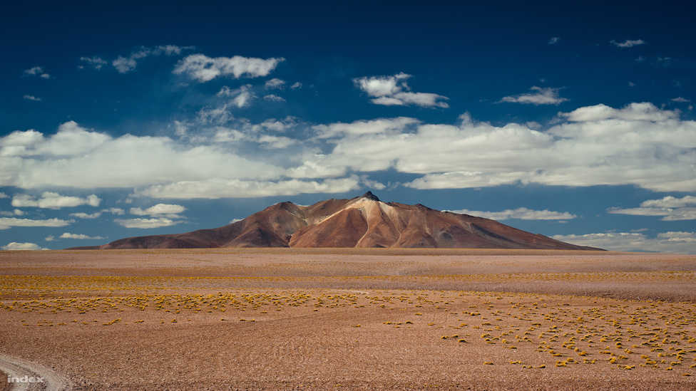 A sivatag északi részén, Chilében található San Pedro de Atacama városa, alig négyezer lakossal. Kis mérete ellenére sok turista fordul meg ott, mert itt fekszik a Los Flamnencos Nemzeti Park, rengeteg látnivalóval. Az egyik legnépszerűbb a képen látható Salar de Tara, amihez majdnem száz kilométert kell még utazni keleti irányba a városból. A hely nevének jelentése: sós fennsík, és ennél pontosabban nem is lehetne összefoglalni. A tájegység a tengerszint feletti 4500 méterével próbára teszi az egészséget, cserébe csodálatos sziklaformációkat, sőt egy magasfennsíki sós tavat láthat az ember.